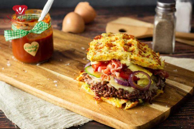 Chaffle-Burgerbrötchen mit Smashburgern!