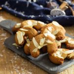 Brauchst du noch ein schnelles Plätzchenrezept so kurz vor Weihnachten? Wie wär's mit zarten Aprikosen-Mandelhörnchen? Durch das Aprikosenkernmehl haben die Plätzchen einen leichten Aprikosengeschmack gepaart mit etwas Marzipan. Oben drauf noch ein paar Mandelplättchen undfertig sind die schnellen zuckerfreien Weihnachtsplätzchen. #lowcarbrezepte #lowcarbweihnachten #lowcarbbaeckerei #aprikosenkernmehl #aprikosenmehl #aprikosenplaetzchen #lowcarbplaetzchen