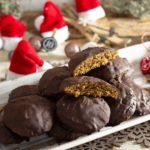 Lebkuchen gehören zu Weihnachten einfach dazu. Genauso wie Kugeln an den Christbaum. Und auch Low Carb kann man super leckere Lebkuchen machen. Nämlich so ganz ohne Zucker und mit selbst gemachtem zuckerfreiem Orangeat und Zitronat. Perfekt fluffige Lebkuchen für deinen Low Carb Plätzchenteller. #Lebkuchen #LowCarbLebkuchen #Lebkuchenselbermachen #Lebkuchenohnezucker #Lebkuchenohnemehl #LebkuchenohneOblaten #Lebkuchenbacken #Lebkuchenrezept