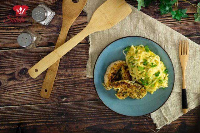 Mac & Cheese kochst du normalerweise mit Macaroni. Keto Macraoni gibt's bei uns aber nicht. Deshalb ist unser Rezept mit Alginat-Nudeln. Alternativ kannst du auch Konjak Nudeln nehmen. Dazu legst du noch ein lecker angebratenes Hähnchen und fertig ist dein perfektes Keto Mahl. #alginatnudeln #macandcheese #lowcarbnudeln #ketonudeln #gebratenehähnchenbrust #lowcarbkaesenudeln