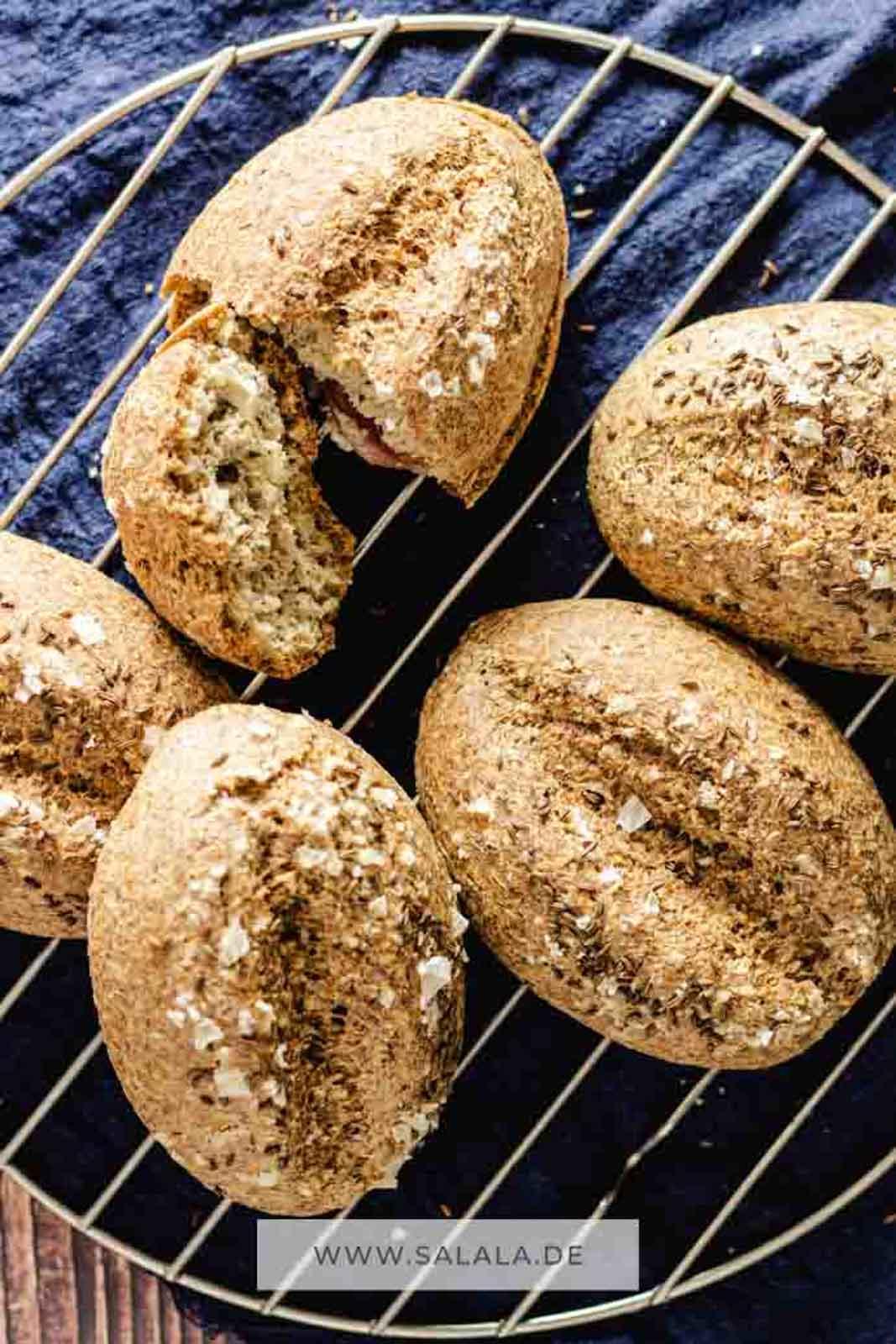 Kipferl oder besser gesagt Schwarzer Kipferl sind eine typische Regensburger Spezialität. Für alle anderen haben wir einfach nur Keto Kümmel Brötchen gemacht. Aber verdammt leckere. Falls du glutenfreie Brötchen suchst, dann probier dieses Rezept aus. #ketobroetchen #ketosemmeln #kuemmelbroetchen #glutenfreiebroetchen #broetchenselberbacken #broetchenohnemehl