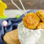 Chicken Nuggets, so in weich und mit knuspriger Panade aber ohne Gluten oder so. Sondern mit einer total leckeren und knusprigen Low Carb Panade aus Schweinekrusten und Mandeln. Falls du die Nuggets vom gelben M vermisst, dann musst du unser Rezept ausprobieren. Ist auch nicht schwierig zum nachkochen, versprochen. #LowCarbNuggets #ChickenNuggets #ChickenNuggetsOhneGluten #KetoChickenNuggets #LowCarbChickenNuggets #schnelleLowCarbRezepte
