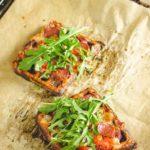 Chaffles, das Keto Fast Food schlecht hin. Und heute gibt das passende Pizza Rezept dazu. Dazu machst du Chaffles ganz normal im Waffeleisen und anschließend kommen die belgten Keto Pizza Waffeln noch in den Ofen. Vorsicht, das Rezept macht extrem süchtig! #ketochaffle #pizzachaffle #keowaffel #Kaesewaffel #lowcarbwaffel #waffelmitkaese #lowcarbpizza #pizzawaffel