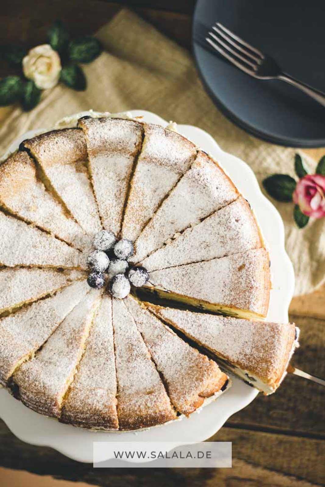 Egal ob Geburtstag, Ostern, Weihnachten, das nächste Sommerfest. Eine Käse-Sahne-Torte passt immer. Und sie schmeckt auch in Low Carb super lecker. Für das Rezept brauchst du nicht viele Zutaten. Etwas Quark, Sahne und Mascarpone. Deckel und Boden sind aus unserem Low Carb Bisquit. Also worauf wartetst du noch. Ab in die Küche und nachbacken. #LowCarbTorte #KaeseSahneTorte #TorteOhneZucker #TorteOhneMehl #GlutenfreieTorte #TorteOhneKohlenhydrate #LowCarbKaeseSahne #LowCarbBisquit