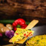 Leckeres, schnelles, vegetarisches, Low Carb Frühstück. Oder kurz Frittata. Ein italienisches Omelette, dass in der Grundversion schon total Low Carb und Keto ist. Falls du das noch nicht probiert hast, dann wird es Zeit. Wir haben ein super einfaches und leckeres Rezept für dich. #frittata #lowcarbfruehstueck #lowcarbfrittata #ketofrittata #omeletteausdemofen #frittatamitZucchini #frittatamitgemuese