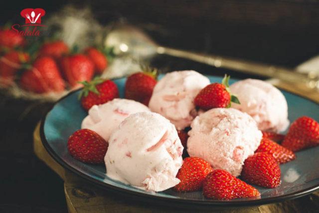 Erdbeer-Cheesecake-Eis ohne Zucker
