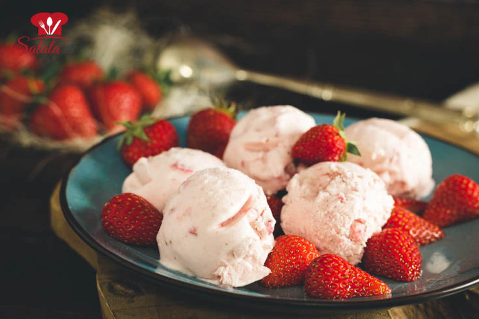 Cheesecake Eis klingt irgendwie falsch. Käsekuchen ist warm, Eis ist kalt. Aber glaub uns, Cheesecake Eis schmeckt saulecker, vorallem mit Erdbeeren. Dein nächste Arbeitsauftrag ist demnach, ab in die Küche, Eismaschine rausholen und zuckerfreies Erdbeer Cheesecake Eis machen. Ist nämlich total Low Carb und sogar voll Keto. Der Sommer ist gerettet. #CheesecakeEis #LowCarbCheesecakeEis #ErdbeerCheesecakeEis #ZuckerfreiesEis #CheesecakeEisOhneZucker #EisOhneZucker