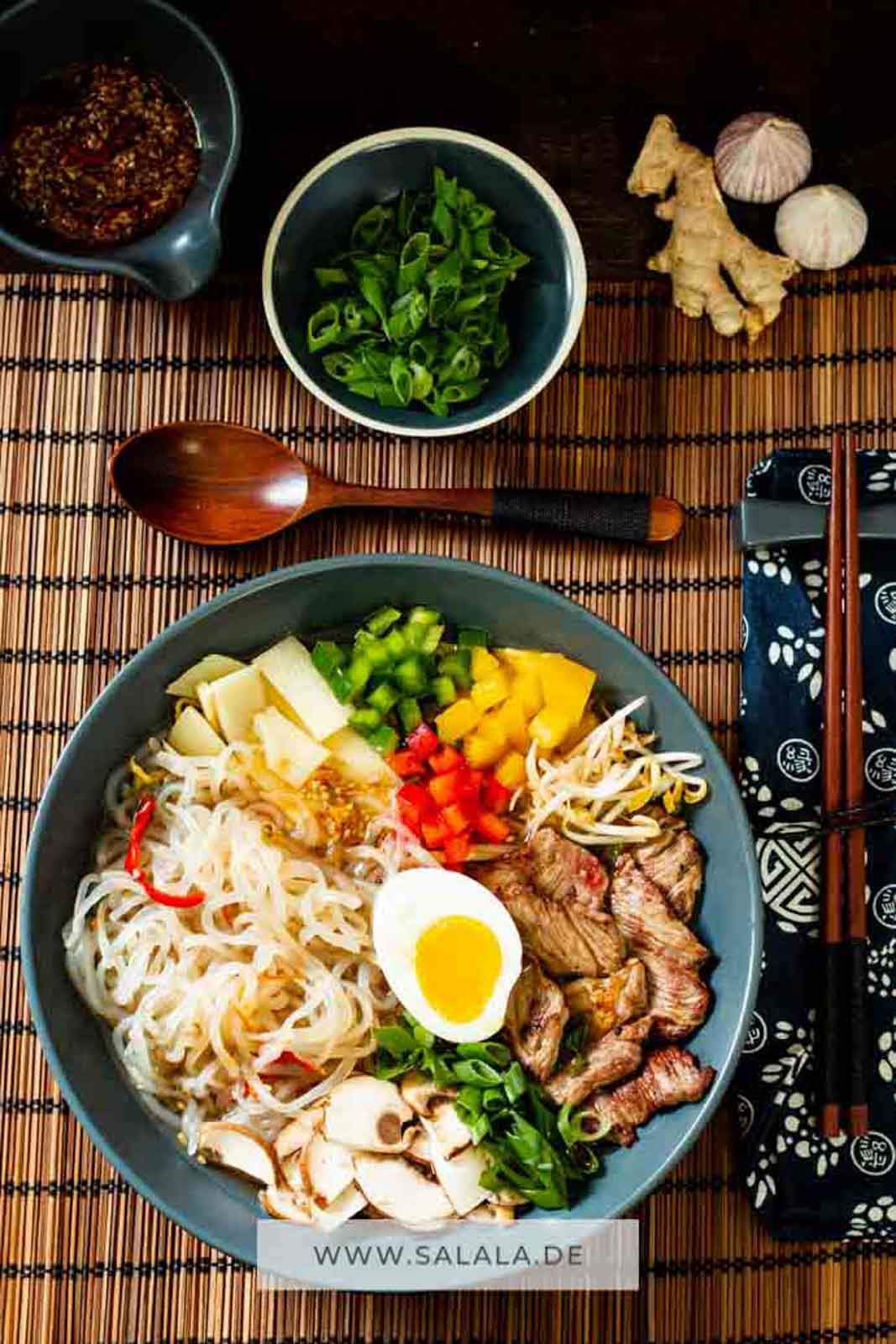 Ramen Nudeln sind in Japan total beliebt. Die speziellen asiatischen Nudeln passen aber leider nicht zu Low Carb. Wir haben uns aber Shileo Konjak Nudeln geschnappt und daraus ein total taugliches Low Carb und Keto Ramen Nudeln Gericht gezaubert. Mit Rindfleisch, Brokkoli und anderem Gemüse. #ramennudeln #lowcarbramen #lowcarbasisaitsch #ketoramen #ramennudelnlowcarb #lowcarbsuppe #lowcarbmittagessen