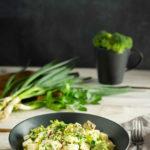 Schneller 7 Tassen Salat mit Brokkoli statt Kartoffeln und Grillresten statt Schinken. Ein schneller Salat für die nächste Grillparty. Mit selbst gemachter Mayo und Schmand als Dressing. Ein leckerer Low Carb Salat ach, der ist sogar Keto. So macht der Sommer und das Abnehmen Spaß. #LowCarbSalat #7TassenSalat #7TageSalat #LowCarbBeilage #SalatMitBrokkoli #schnelleLowCarbRezepte