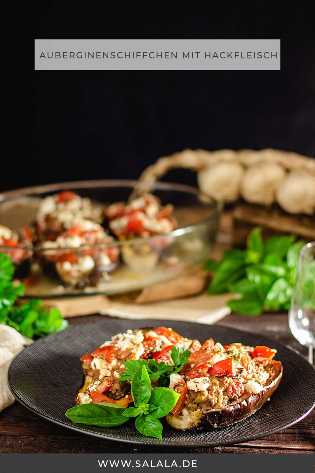 Gefüllte Auberginenschiffchen mit Hackfleisch und Feta aus dem Backofen. Das ist ein total leckeres Low Carb Rezept das du gut vorbereiten kannst, Meal Prep lässt grüßen :). Die Auberginenhälften werden mit Hackfleisch, Feta und Tomaten gefüllt und am Ende noch überbacken. Ob du dieses Low Carb Rezept jetzt Auberginenauflauf oder Auberginenboote nennst ist ganz dir überlassen. Nachkochen solltest du es auf jedenfall. #AubergineImOfenUeberbacken #AubergineRezepte #AubergineMitHackfleisch #GefuellteAubergine #Auberginenauflauf