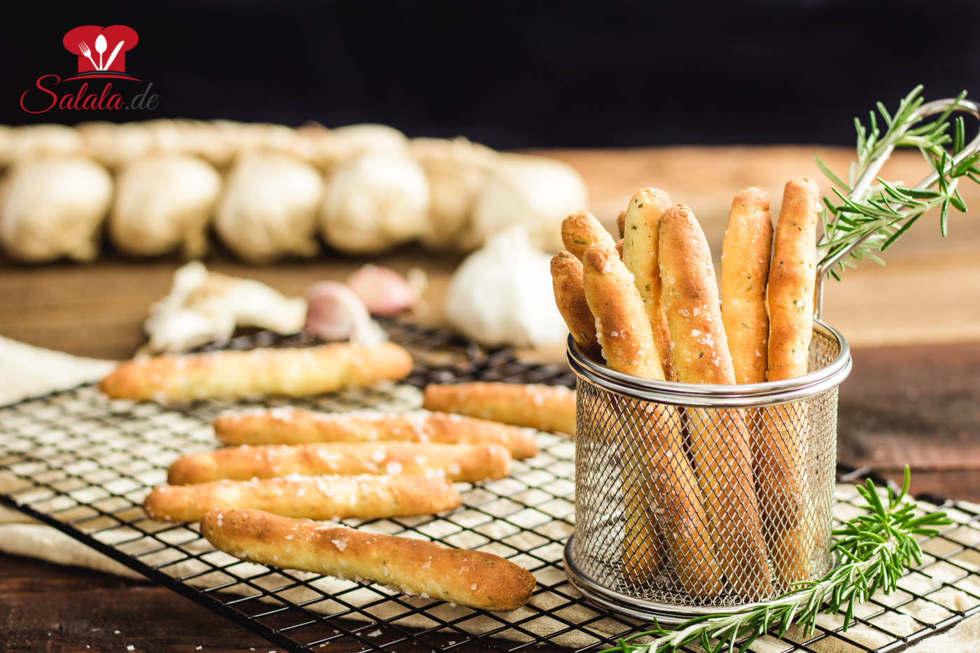 Total leckere Keto Brotstangen mit Knoblauch und Rosmarin aus Fathead Teig. Vorsicht die machen süchtig und sind super schnell gebacken. Die Grillsaison ist zwar vorbei, aber trotzdem kannst du die Brotsticks auf der nächsten Party auch High Carbern vorsetzen. Ein bisschen Frischkäse dazu und fertig sind die Keto Breadsticks als Partysnack. #KetoBrotstangen #KetoBrot #FatHeadTeig #BackenMitFatHead #KetoBacken #GlutenfreiBrotstangen