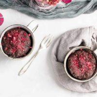 Keto Schoko Tassenkuchen mit Himbeeren aus der Mikrowelle   Rezept ohne Zucker
