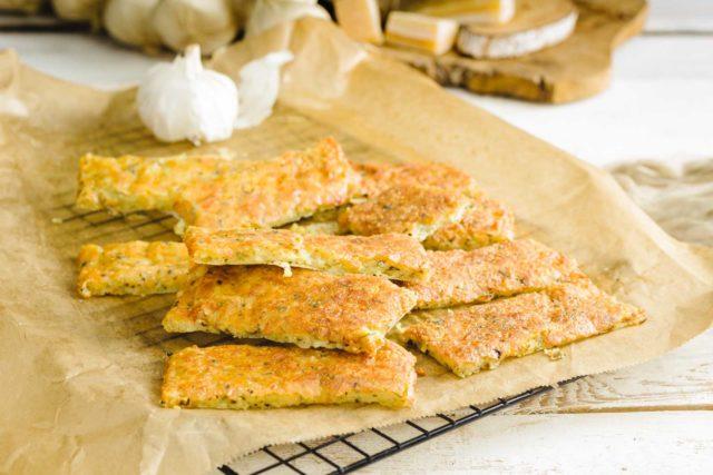 Gebackene Käsesticks mit Mozzarella und Parmesan