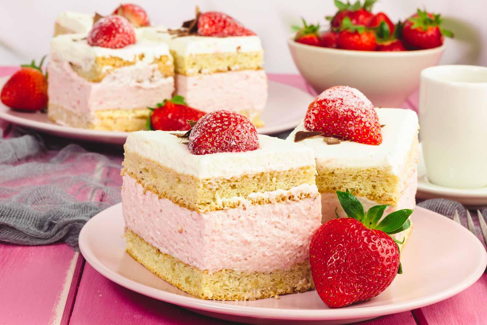 Erdbeerschnitten Low Carb mit Sahne und Biskuit / Erdbeerkuchen - einfach, fruchtig und ohne Zucker