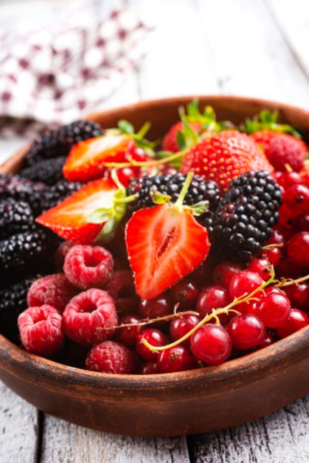 Erdbeeren, Brombeeren, Johannisbeeren und Himbeeren in einer Schüssel. Diese Beeren sind geeignet für die ketogene Diät.